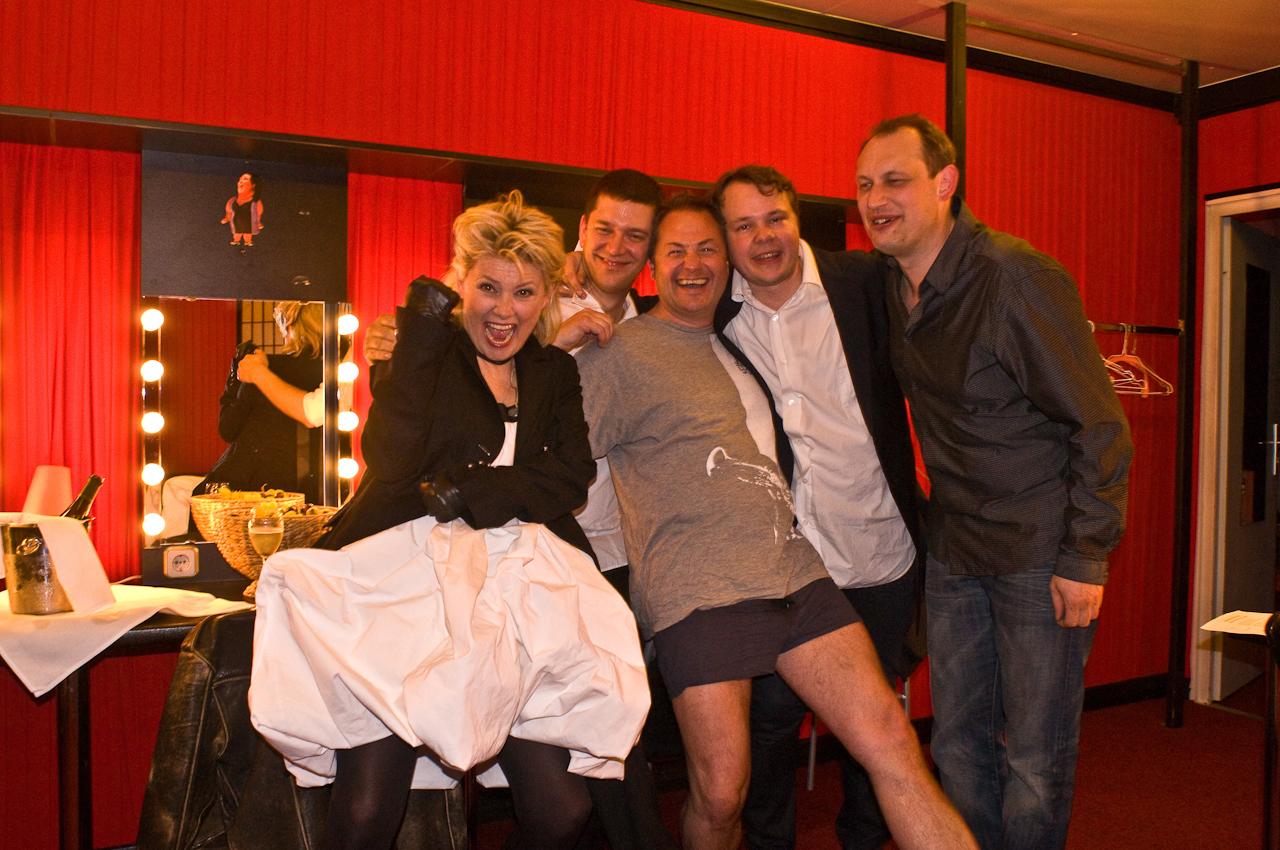 Gitte Henning und Band freuen sich in der Garderobe über ein erfolgreich gespieltes Konzert.
