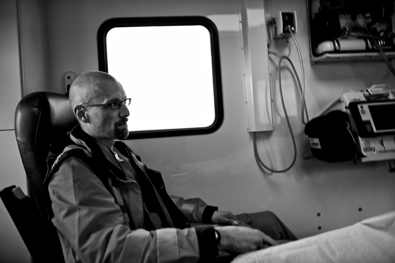 Oberstabsarzt Dr. med. Jens Schwietring wird in einem Rettungswagen vom Ladeplatz auf einem Sportplatz zu einer Patientin in einem Altenpflegeheim gefahren.