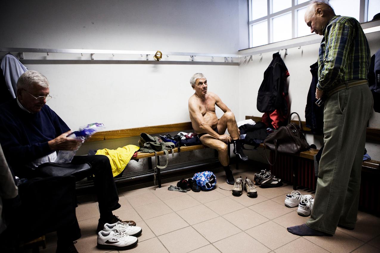 Frank Thoma, Karlheinz Rand und Ulrich Vogt (v.l.) - Mitglieder der Senioren-Tischtennisgruppe der Hedderheimer Turnerschaft - ziehen sich im Umkleideraum um.