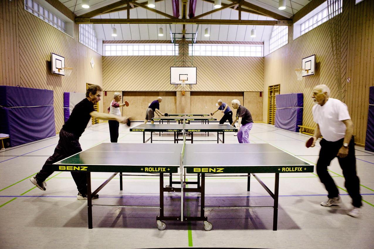 Die Senioren-Tischtennisgruppe der Hedderheimer Turnerschaft trifft sich seit etwa 25 Jahren fast jeden Freitagabend von 20:00 bis 22:00 zum Tischtennisspielen in der Turnhalle der Kurt-Schumacher-Schule in Hedderheim.