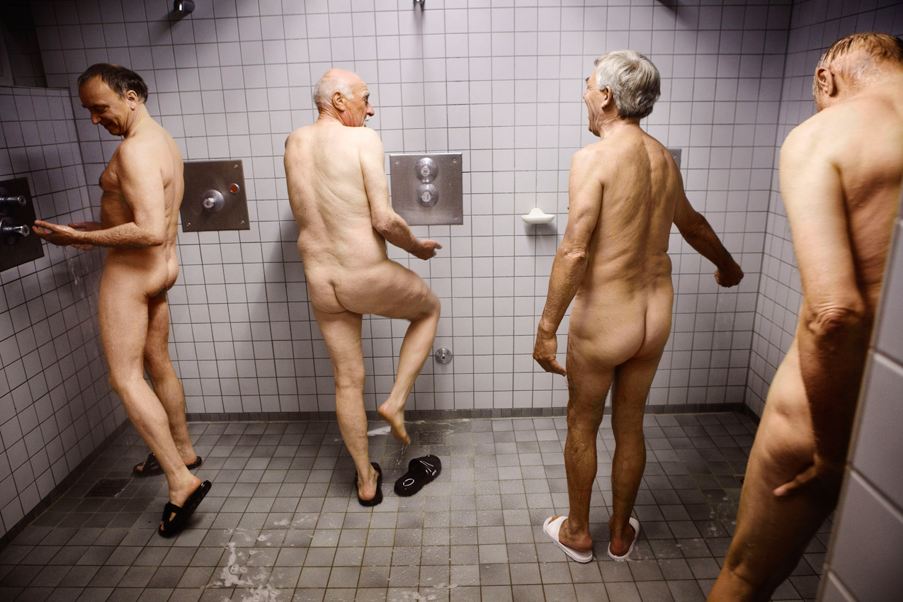 Uwe Steinmüller, Burkhard Himmler, Karlheinz Rand und Ulrich Vogt (v.l.) duschen sich nach dem Tischtennisspielen.