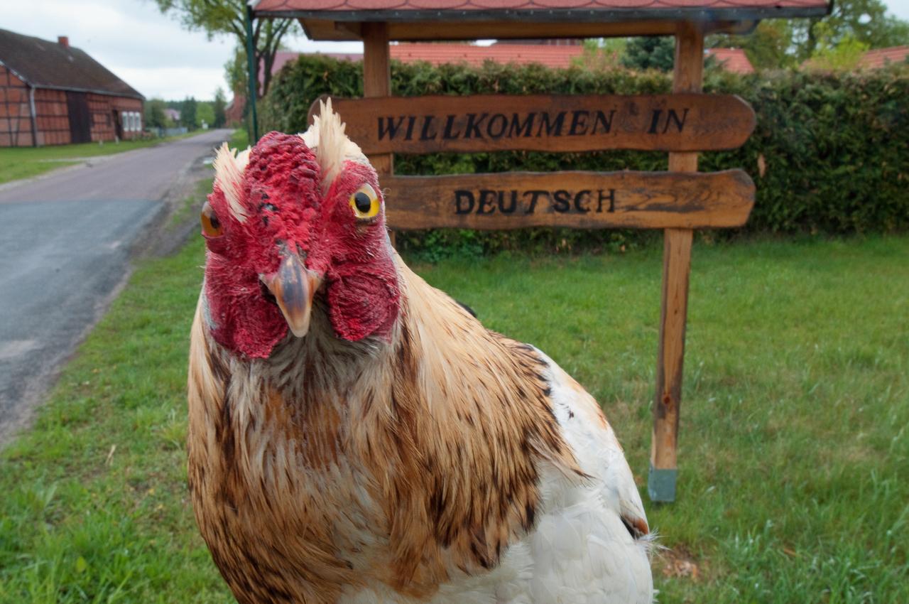 Berta am Begrüßungsschild am Ortseingang von Deutsch in Sachsen-Anhalt.