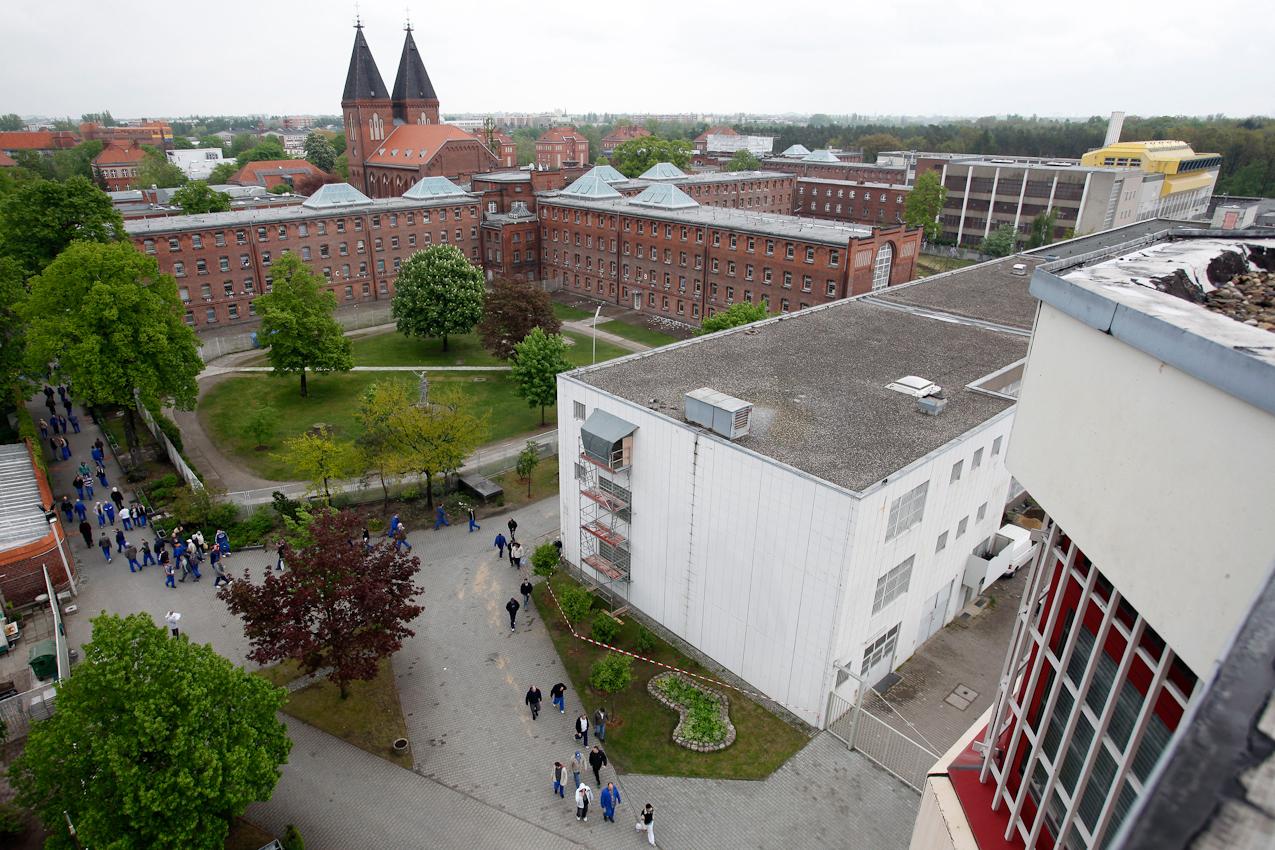 14:39 Uhr: Insassen der JVA Tegel kehren nach Schichtende von den Häftlingswerkstätten zu ihren Zellen zurück.