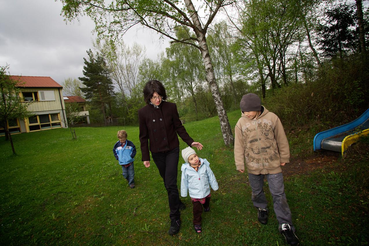 Ruth Kumeth ist seit 2005 als Kinderdorfmutter im SOS-Kinderdorf Oberpfalz tätig. Mit den kleineren der 5 von ihr betreuten Kinder ist sie häufig im Spielplatzbereich der Kinderdorfanlage unterwegs. v.l.n.r Simon, Sofie, Ruth Kumeth und Markus.