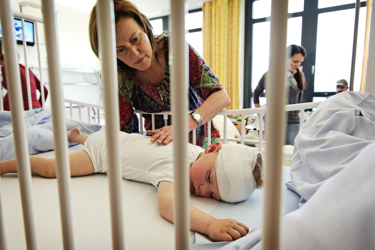 Malte zusammen mit seiner Mutter in der Tagesklinik nach einer Kontrolluntersuchung im Anschluss an seine Chemotherapie.