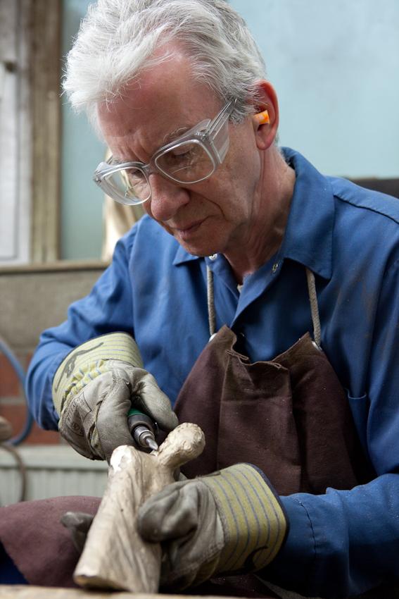 In Maschinen- und Handformung erstellt die Bronzegießerei Butzon & Berker hochwertige Serien- und Künstlergüsse. Zum Standardprogramm gehört christliches Kunsthandwerk in vielfätigen Formen. Bernhard S. bei der Nachbearbeitung eines Bronzegusses.