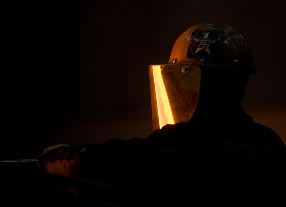 Im Visier des Gießers, der die Schlacke zieht, spiegelt sich das etwa 1500 Grad heiße Schmelzgut.
