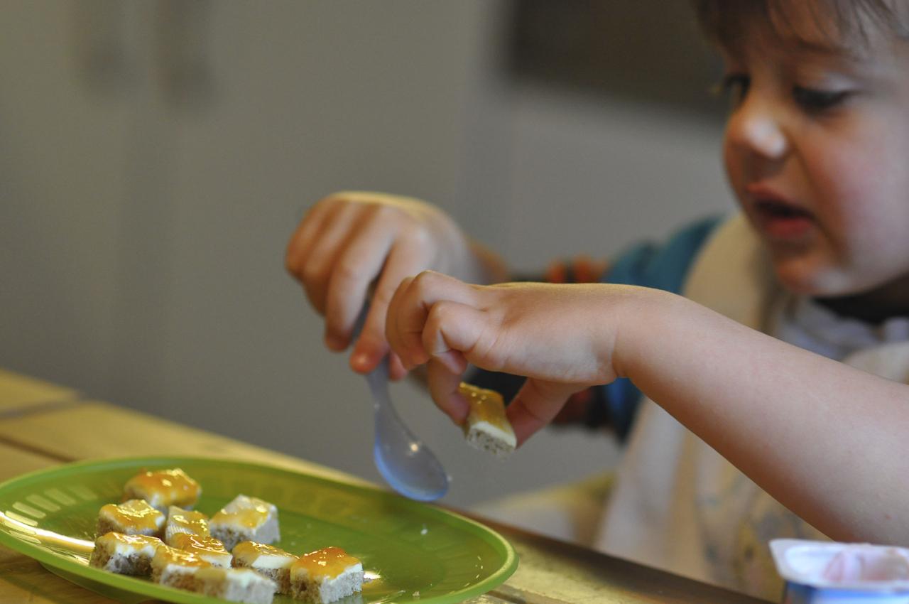 Michael sitzt in der Küche und versucht, sein Pfirsichmarmeladenbrot mit dem Löffel zu Essen. Dabei erklärt er, dass das kein Löffel sondern ein Bagger ist und macht die dazu passenden Geräusche.