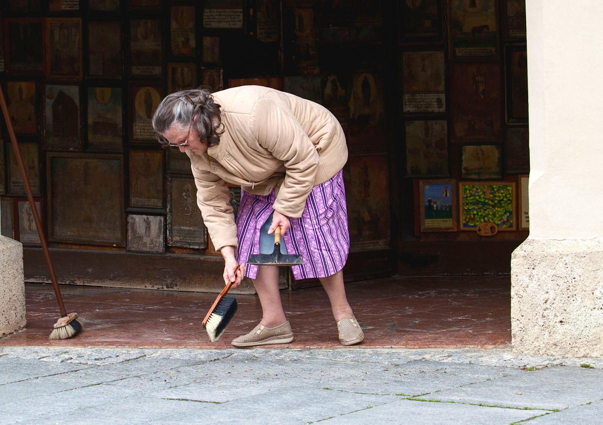 Rund eine Million Besucher jährlich hinterlassen ihre Spuren an der Gnadenkapelle in Altötting. Der Umgang um die Kapelle wird mehrmals täglich mit deutscher Gründlichkeit gefegt.