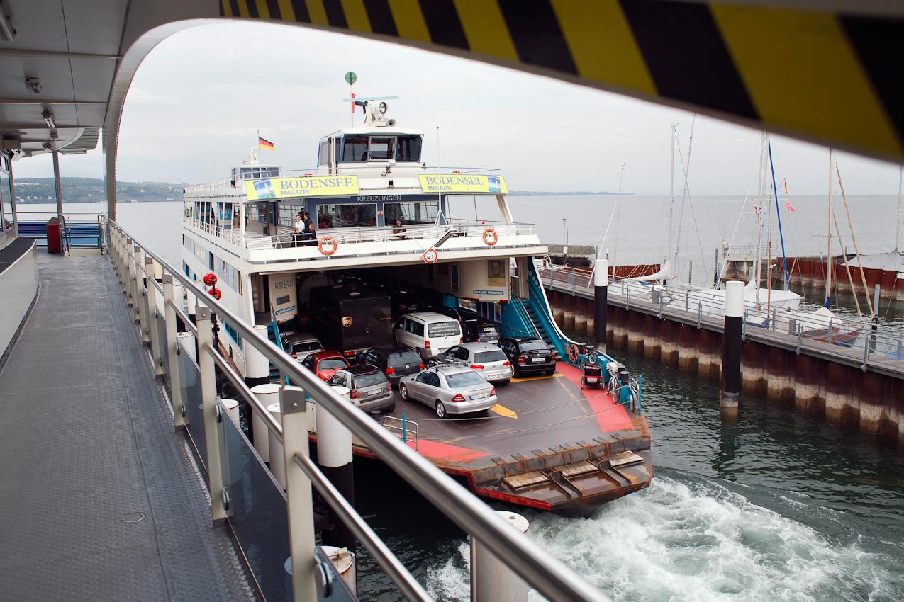 """Im Bild die Fähre """"Kreuzlingen"""", die sich von Konstanz aus auf den knapp 5 Kilometer weiten Weg nach Meersburg macht. 15 Minuten dauert die Überfahrt. Autofahrer ersparen sich durch die """"schwimmende Brücke"""" eine Strecke von 70 Kilometern über verstopfte Landstraßen um den westlichen Bodensee. Die 6 Fähren auf der Strecke Meersburg-Konstanz befördern 1,4 Millionen Pkw und 89.000 Nutzfahrzeuge im Jahr. 4,3 Millionen Passagiere benutzen die """"schwimmende Brücke"""" auf dem Weg zur Arbeit oder in den Urlaub."""