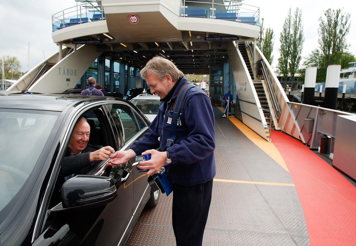 Martin Steiner kassiert den Fahrpreis für die Überfahrt von Konstanz nach Meersburg.