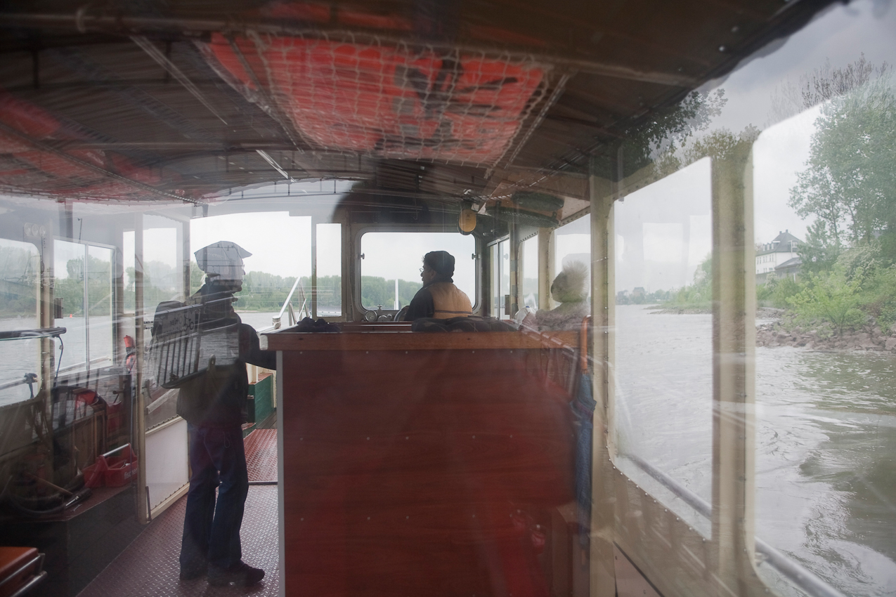 Der Fährmann Heiko Dietrich holt einen Fahrgast über auf das andere Ufer des Rheins bei Köln zwischen Weiß und Zündorf.