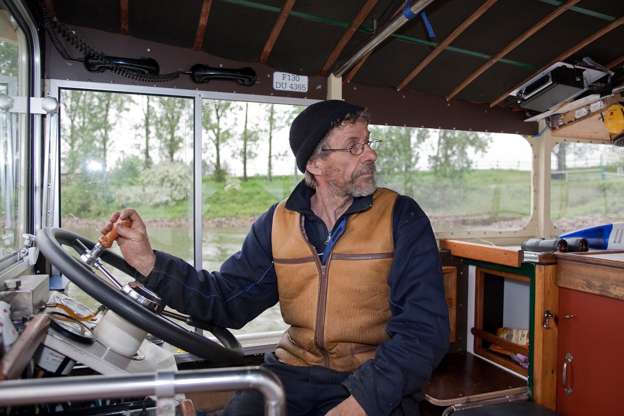Der Fährmann Heiko Dietrich beim Rangieren der Fähre Krokolino auf dem Rhein zwischen Köln Weiß und Köln Zündorf.
