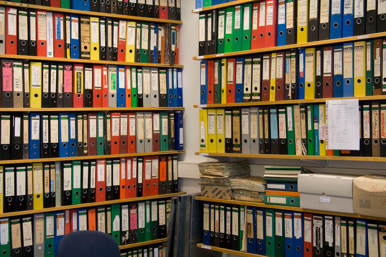 Ein kunterbuntes Leitzordnerregal im Institut für Geschichte und Ethik der Medizin (Martinistraße 52, 20246 Hamburg).