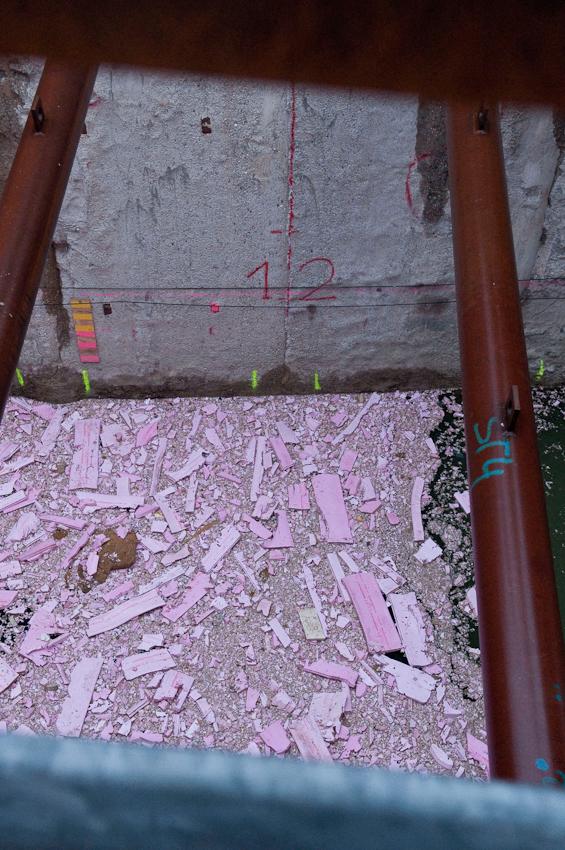 Bauschutt in der mit Wasser gefüllten Nord-Süd-Bahn-Baustelle an der Bonner Straße. Location: Bonner Straße, südlich des Bonner Walls, an der Abzweigung des Tunnels zur Rheinuferbahn. Aufgenommen um 07:02 Uhr.