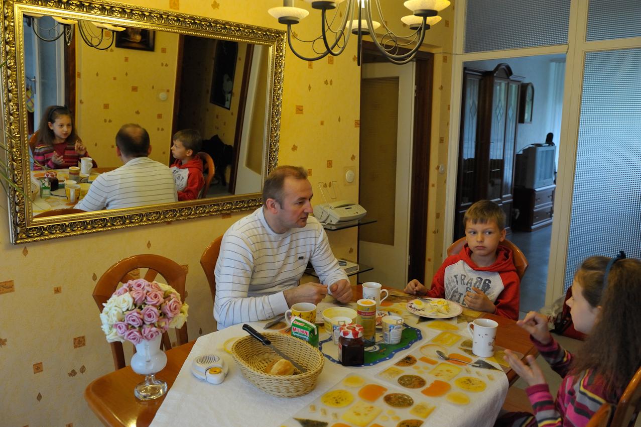 Berlin, 7. Mai 2010, sieben Uhr. Der gehörlose Vater Joachim Durczok frühstückt mit seinen beiden hörenden Kindern Britta und Daniel. Die Kinder verständigen sich mit ihrem Vater in der Gebärdensprache.