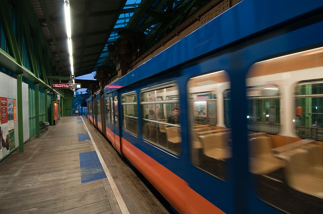 Ausfahrender Gelenktriebwagen der Wuppertaler Schwebebahn aus dem Bahnhof Bruch in Richtung Vohwinkel.