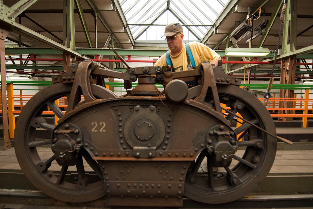 Peter Thomas bei der Einstellung der Bremsen am Kaiserwagen Baujahr 1900 der Wuppertaler Schwebebahn. Fahrzeugwerkstatt der Wuppertaler Schwebebahn in Wuppertal Vohwinkel.