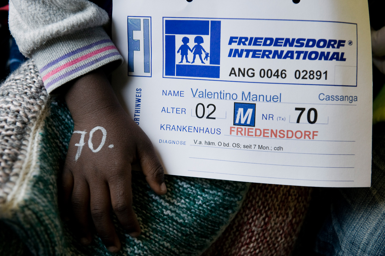 Um die Kinder auseinander zu halten, tragen sie einen Zettel um den Hals auf dem Name, Alter, Nummer und die Diagnose vermerkt ist. Desweiteren ist aus Sicherheit vor Verlust des Zettels noch zusätzlich die Nummer auf die Hand geschrieben.
