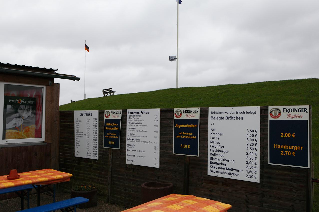 """Der Imbiss """"Zum Matjesmichel"""" direkt hinter dem Nordseedeich von Fuhlehoern auf Nordstrand. Auch gegen Mittag des 7. Mai 2010 herrscht hier keinerlei Betrieb. Ein Schild in der Eingangstuer teilt den potentiellen Gaesten mit, dass """"Heute Ruhetag"""" sei."""