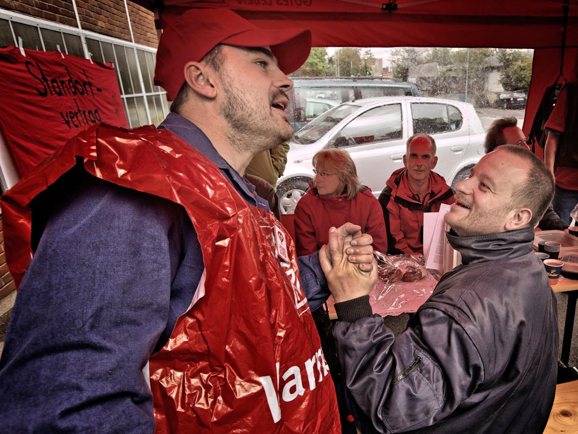 Marco Neitsch (l.), 37, Mechaniker, begrüßt Kollegen, die zur Unterstützung der Mahnwache vorbeikommen.