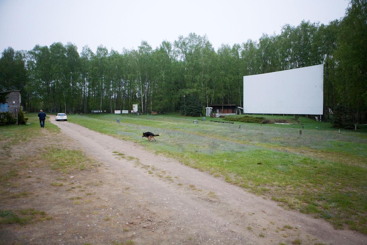 Das Gelaende des aeltesten Autokinos der DDR war bis 1977 noch eine Huhnermast LPG. Mike Neumann, Jahrgang 1970 und Schaeferheundin Donna sind auf dem Weg in das Filmvorfuehrerhaus, den ehemaligen Huhnerstall. Die ersten Besucher suchen sich einen Parkplatz auf dem Hang.