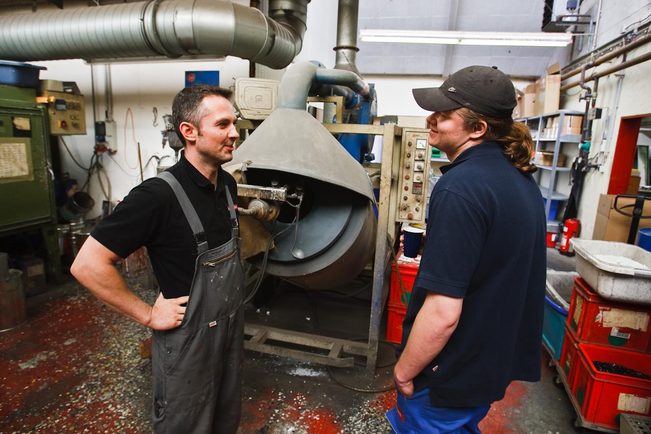 Zwei Mitarbeiter der Firma Color Metal, Mario Dietl und Manuel Schwald, unterhalten sich in der galvanischen Abteilung der Firma über das nahe Wochenende. Heitersheim im Markgräflerland am 7. Mai 2010 um 12:43.