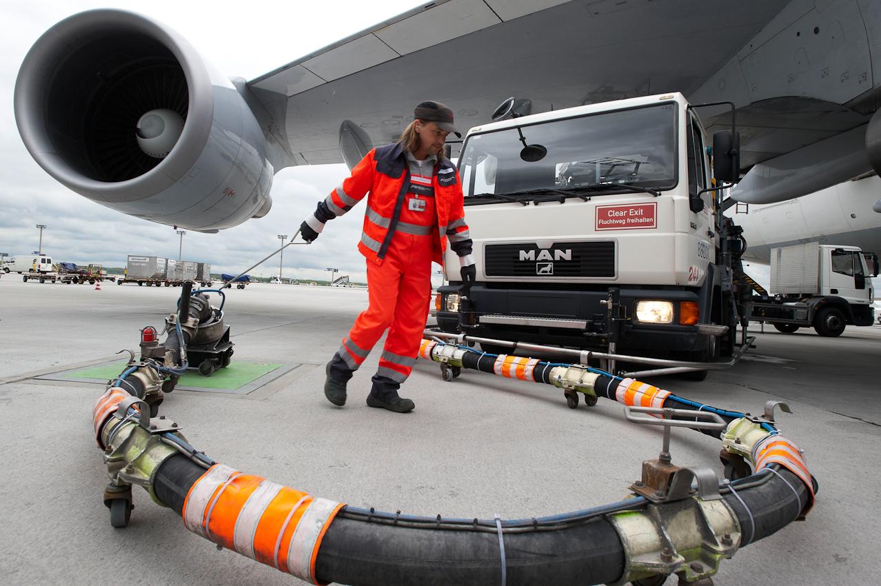 Tankwart des Flughafenpersonals beendet das Betanken einer Boeing 747-430.