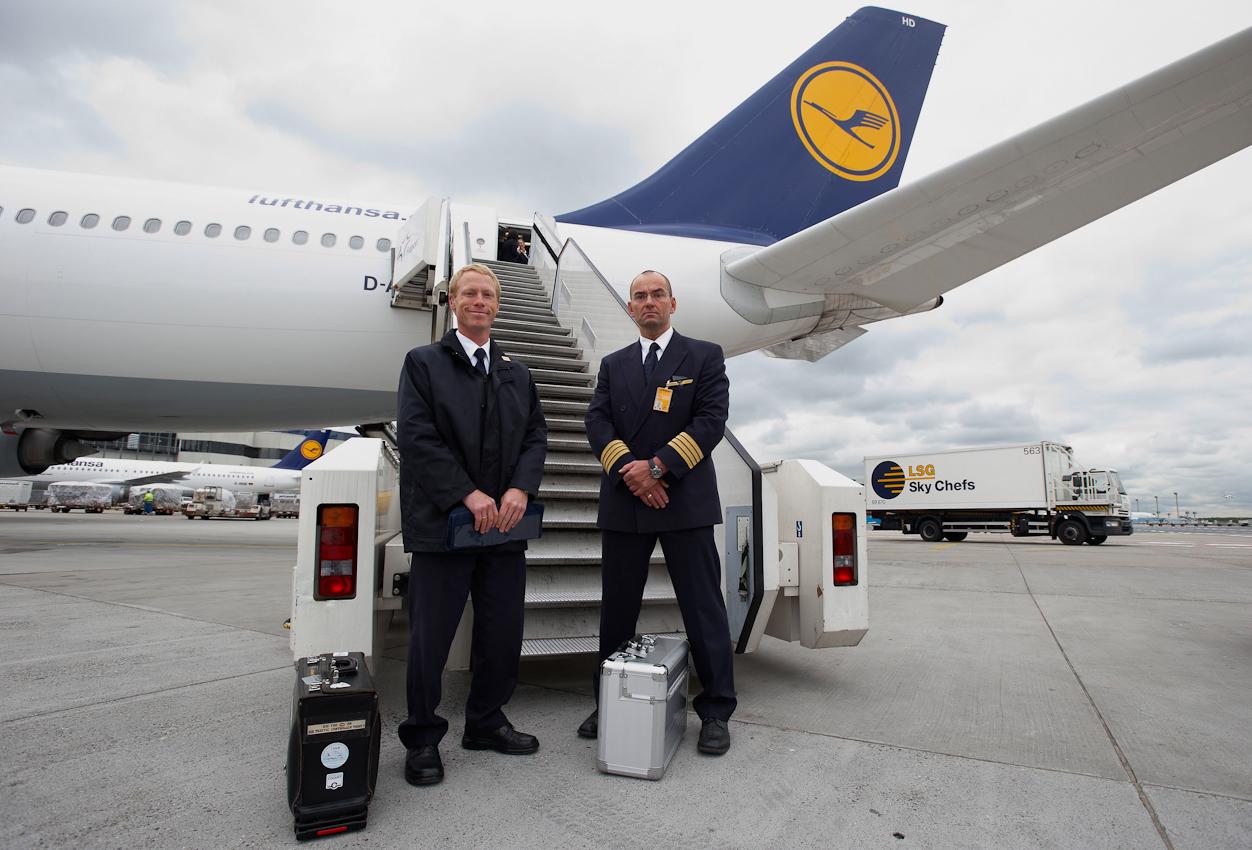 Bevor sie ihre Reise antreten, posieren die beiden Piloten stolz vor ihrem Airbus A340-600, dem längsten Flugzeug der Welt.