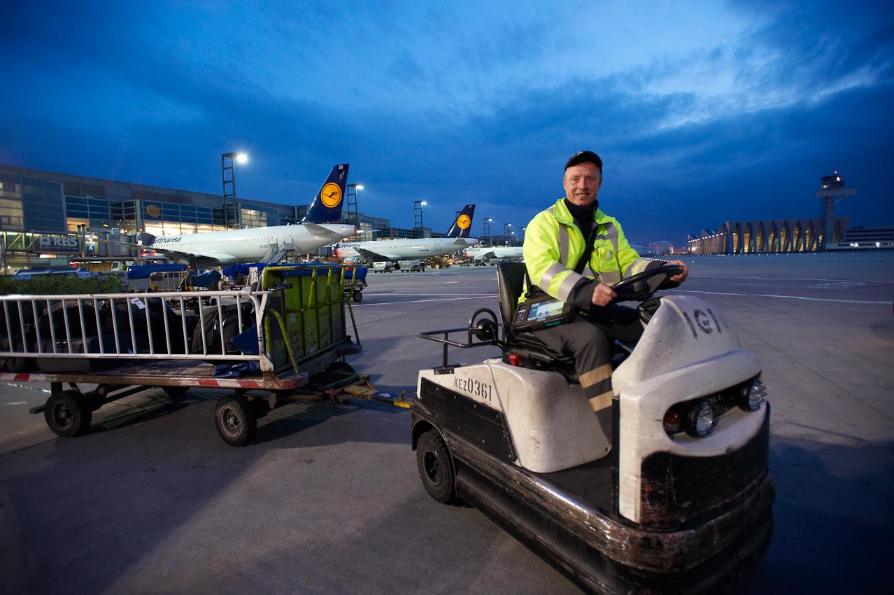 Ein Fraport-Mitarbeiter der Gepäckverladung fährt die beladenen Trolleys zum Flugzeug auf dem Vorfeld vor Terminal 1.