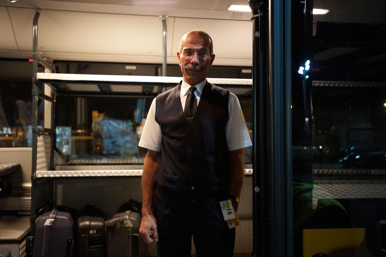 Spätschicht: Ein Busfahrer wartet in der offenen Tür seines Busses auf die Crew der soeben gelandeten Luftfrachtmaschine.