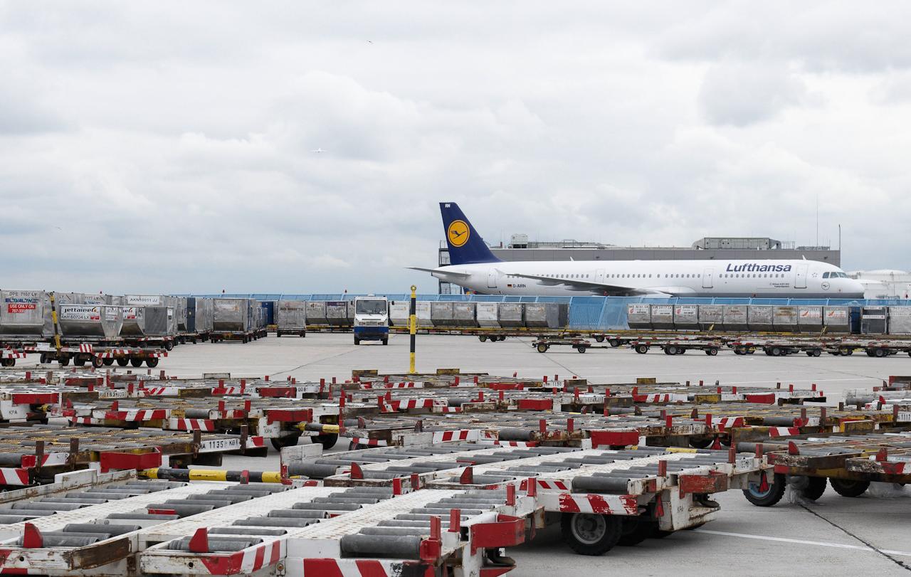 Frankfurt Airport City. Frachtanhänger warten auf dem Vorfeld der Cargo-City auf ihren Einsatz.