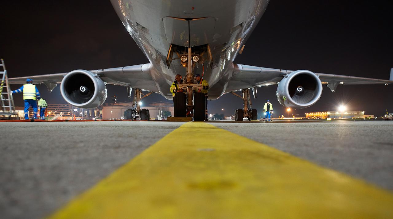 Cargo City Nord. Der Lufthansa Freighter MD-11 rollt enlang der gelben Leitlinie zu seiner Parkposition, wo ihn Fraport-Mitarbeiter in Empfang nehmen.