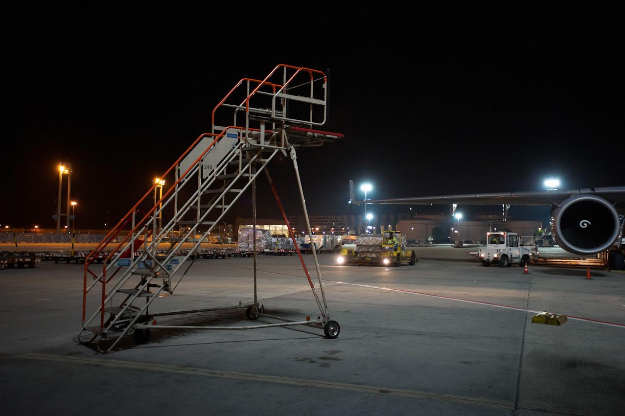 Verlassen wartet die alte Gangway auf dem nächtlichen Flughafenvorfeld der Cargo City Nord.