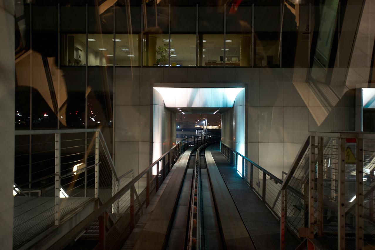 Ausfahrt aus dem Shuttlezug Skyline auf dem Weg von Terminal 1 zu Terminal 2.