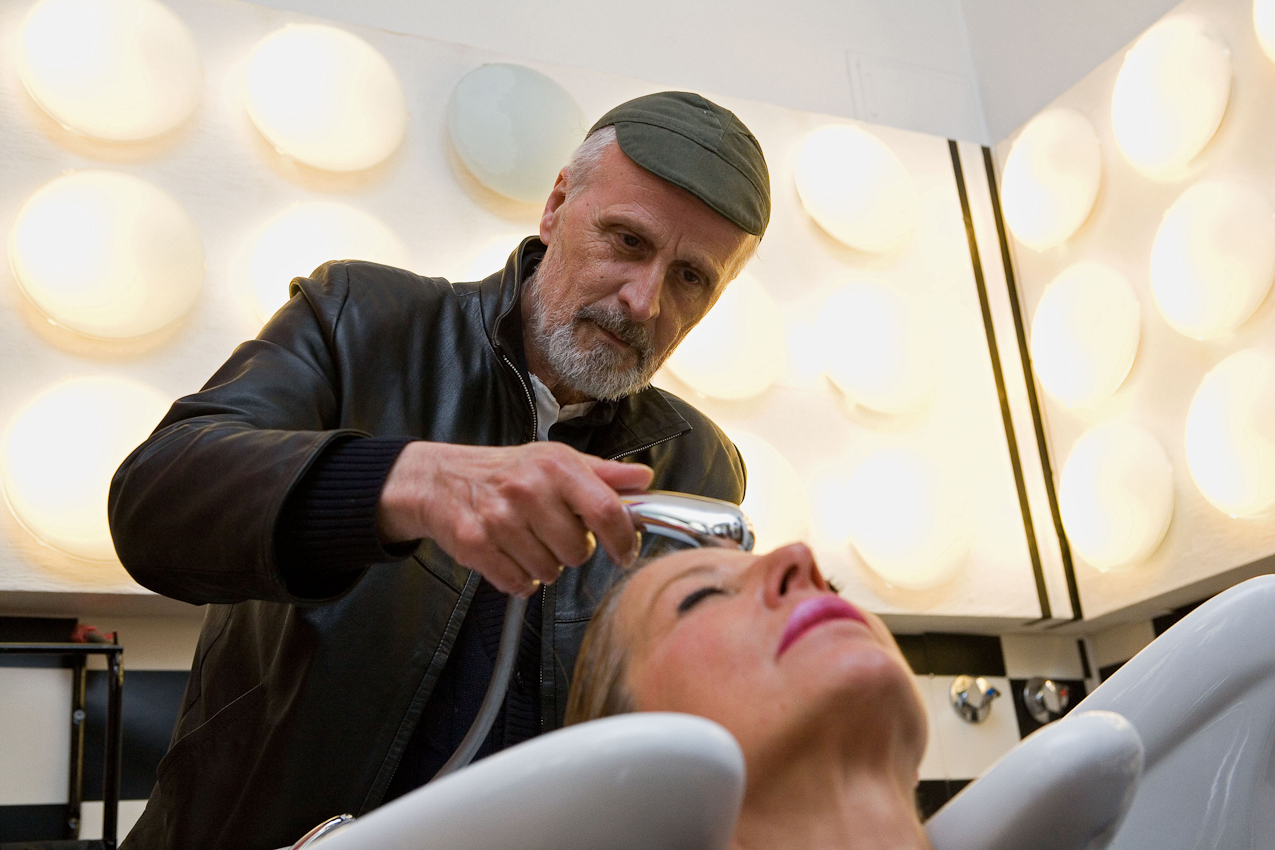 Der Friseur Ciro Boschetto wäscht die Haare einer Kundin.
