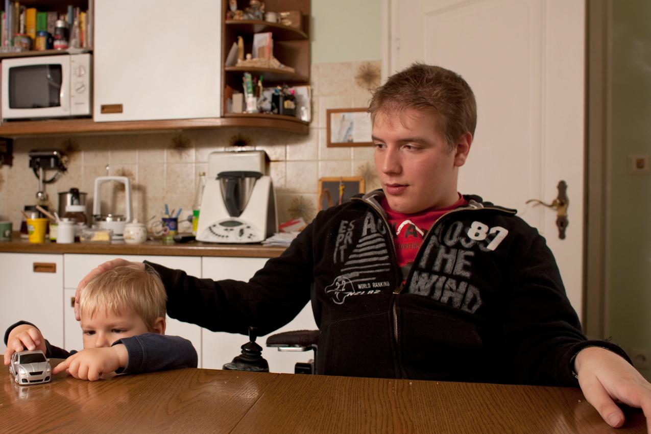 10:59 Uhr: Die Brüder Matthias und Simon nach dem gemeinsamen Frühstück zu Hause in der Küche.