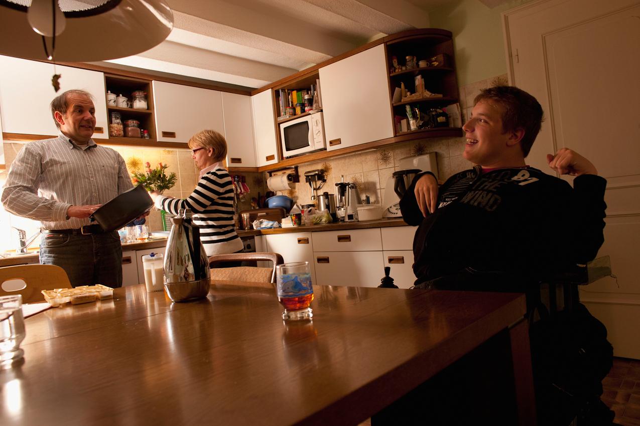 22:46 Uhr: Die Eltern von Matthias räumen die Küche auf und dabei können die Erwachsenen sich unterhalten, vor allem, weil der kleine Bruder längst im Bett ist.