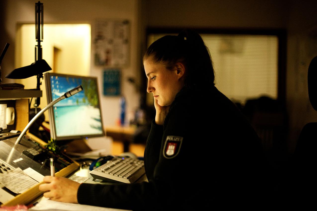 Es ist 22.19 Uhr. Die Polizistin Laura Rahn nimmt die Anrufe im Polizeikommissariat 17 in Hamburg an und hält Funkkontakt zu den einsatzfahrenden Kollegen. Ihr Dienst dauert von 18.00 Uhr bis 6.00 Uhr morgens.