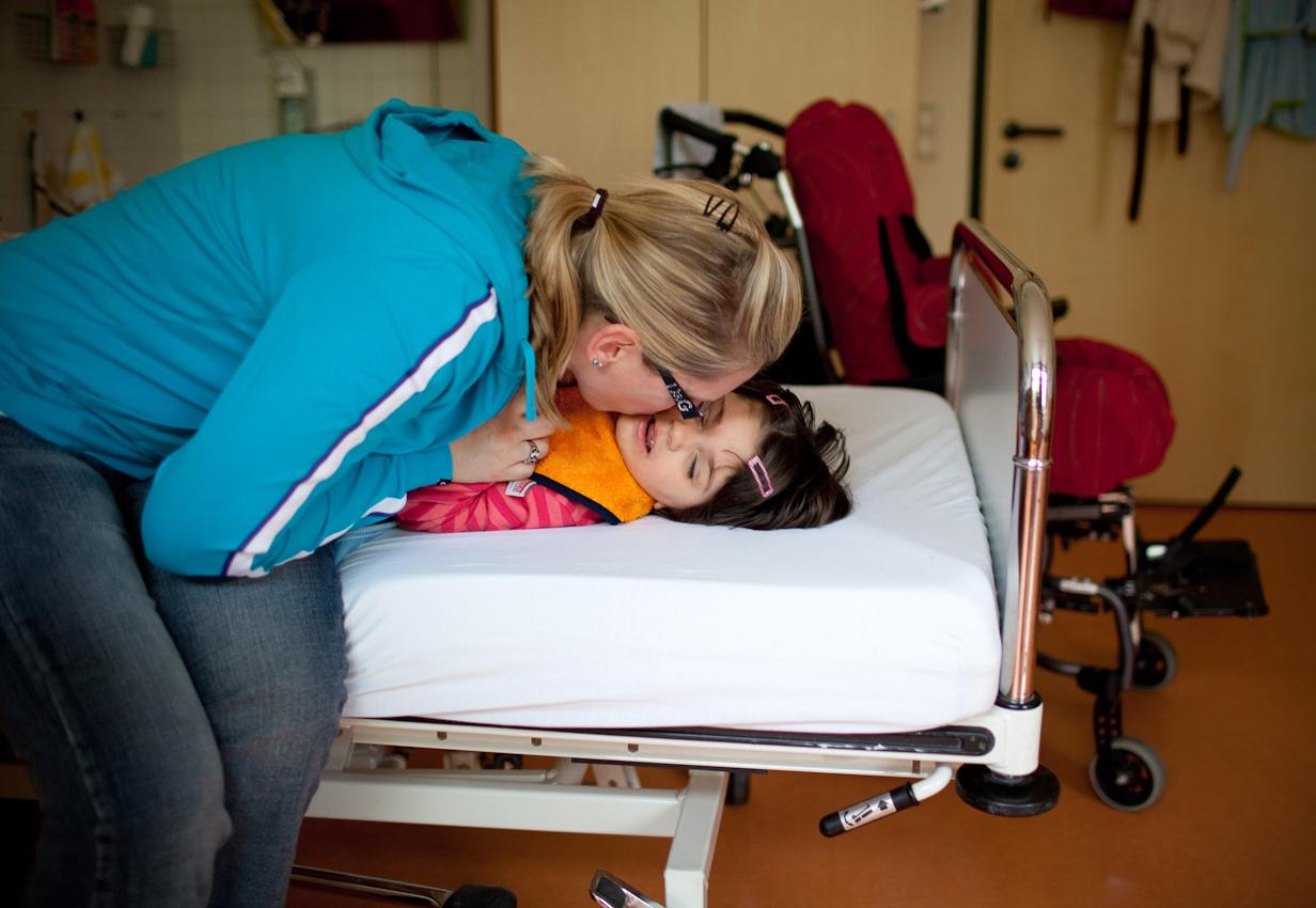 Die 6-jährige Milena mit ihrer Mama in ihrem Zimmer in der Klinik.
