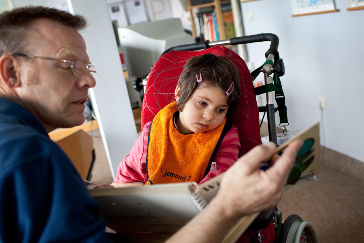 Milena mit ihrem Lehrer in der klinikeigenen Schule.
