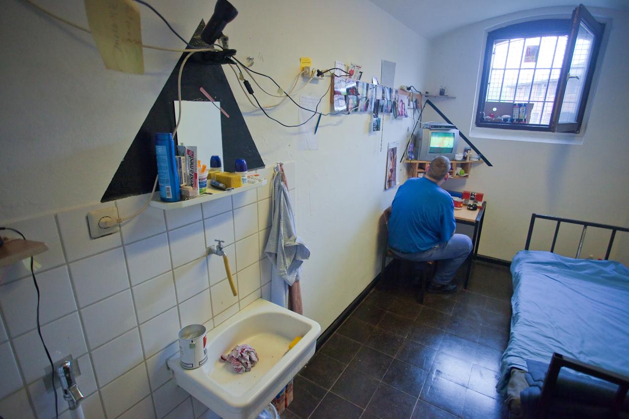 Gefangener in seiner Zelle. Fernsehen, eine typische Freizeitbeschäftigung.