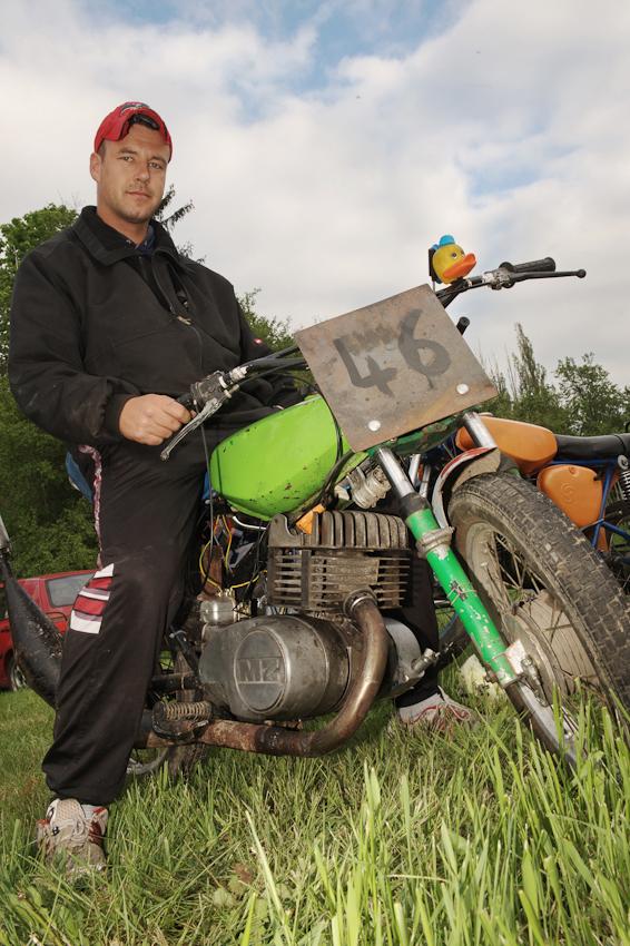 Fast schon Moto-GrandPrix! Dabei ist der 250er MZ-Motor in Nick Gottings Simson garantiert älter als der stolze Fahrer des Gelände-Eigenbaus.