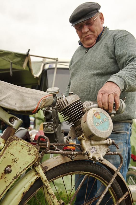 """Mit dem MAW-Fahrrad-Hilfsmotor ging's in der Nachkriegszeit leichter die Hügel hinauf - Händler Karl-Heinz Müller: """"Die Leute hatten ja meist kein Geld für ein echtes Motorrad, so ein 'Hackenwärmer' war da eine echte Alternative."""""""