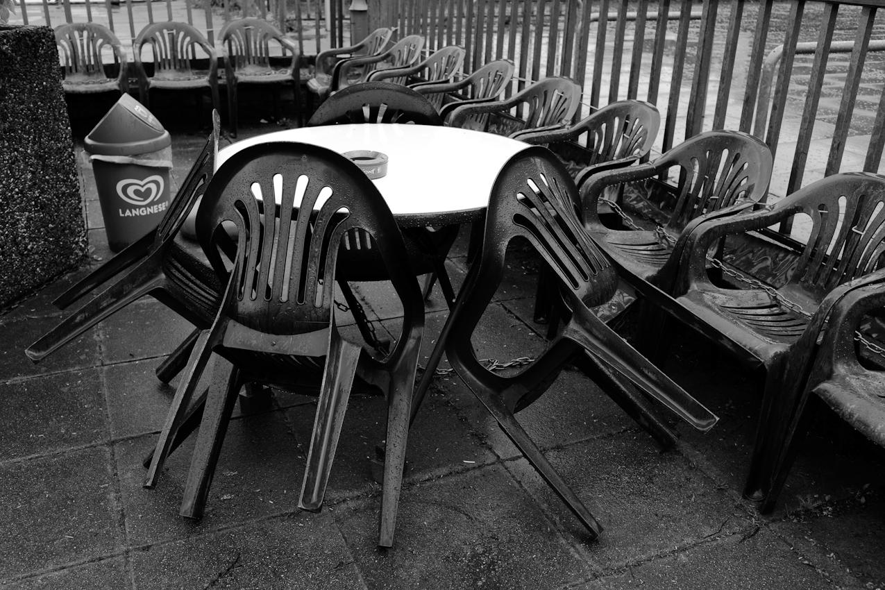 Zusammengestellte Stühle am Maschsee.
