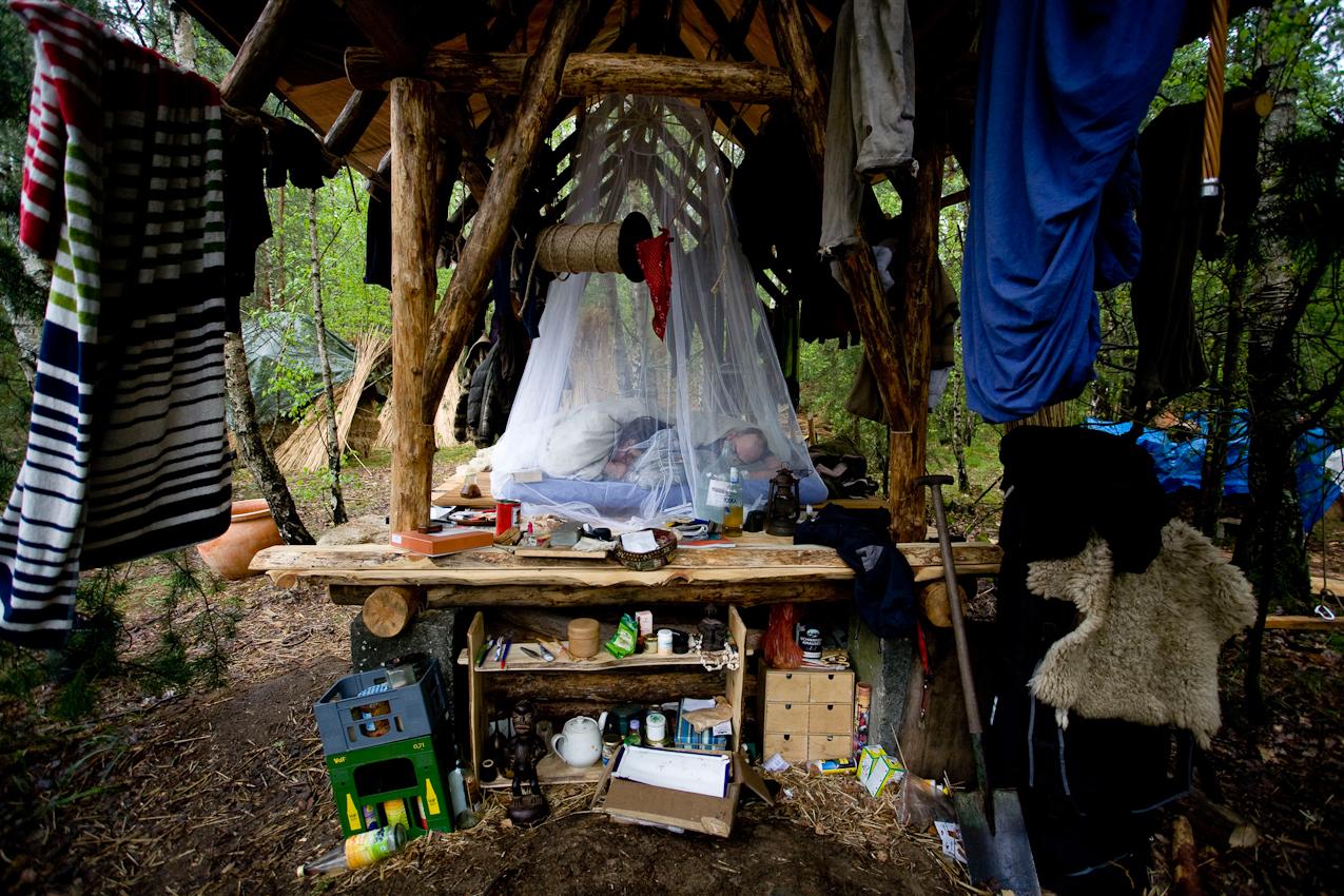 Kai und Katrin leben im selbstverwalteten ökologischen Kulturzentrum Kesselberg. Da beide demnächst ihr erstes Kind erwarten, wollen sie ihre Weidenhütte um Fenster und Lehmboden erweitern. Sie schlafen deswegen derzeit unter freiem Himmel, nur mit einer Plane vor dem Regen geschützt.