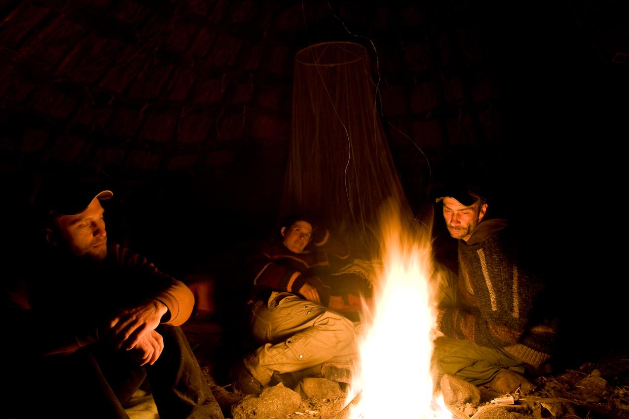 Die Huette dient übergangsweise als Gästehütte. Im Inneren sorgt ein offenes Feuer für Wärme. Der Rauch zieht wie in einem Iglu durch eine Öffnung in der Decke ab.