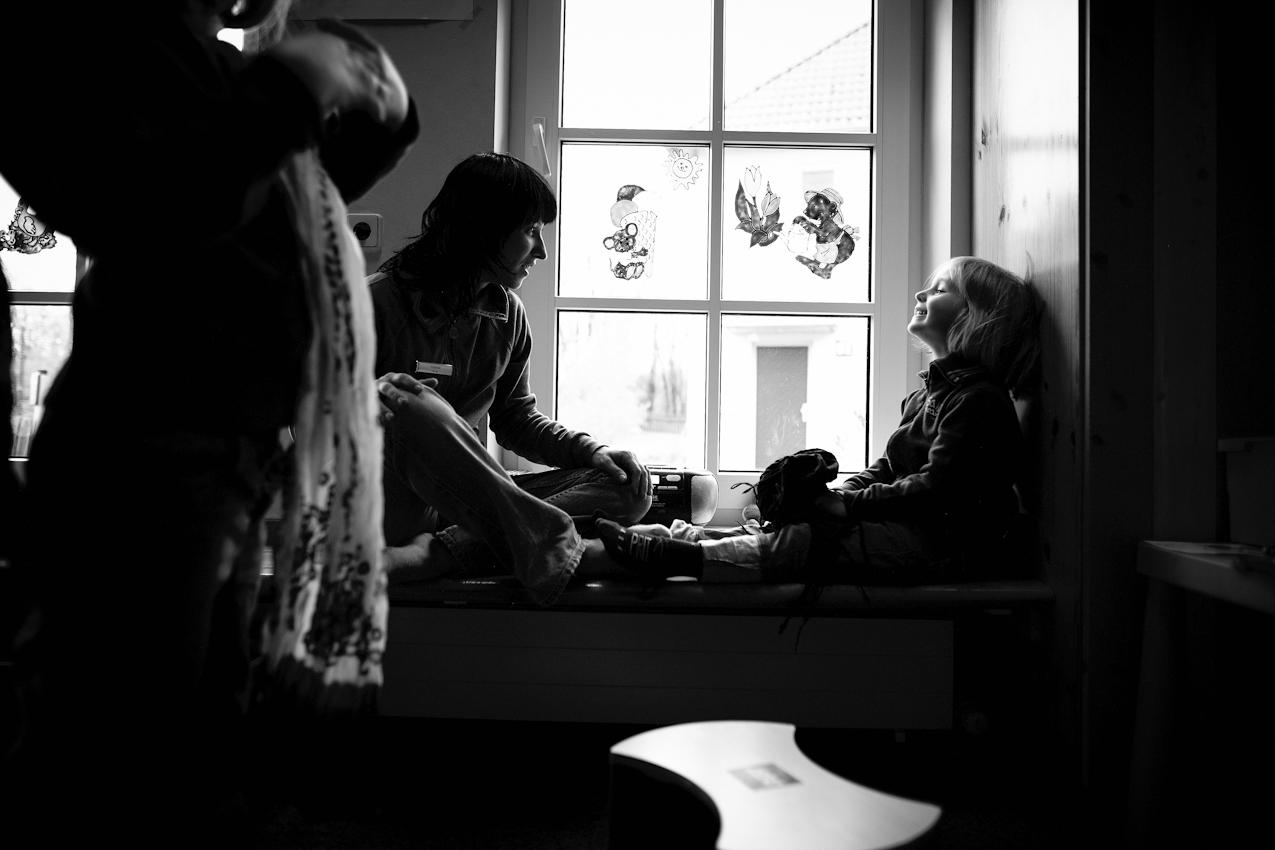 13.20 Uhr. Yvonne Arnold spielt im Kinderclub mit den Kindern.