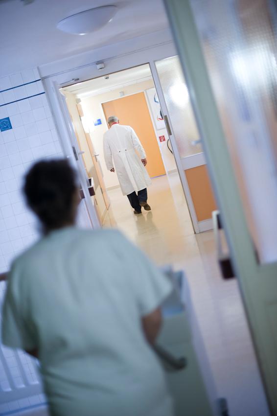 Prof. Dr. med. H. Peter Scheidel, einer der Chefärzte am Kooperativen Mammazentrum Hamburg, auf dem Weg zur Chefarztvisite auf der Station A4 im Krankenhaus Jerusalem.